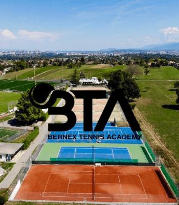 Image du logo BTA avec en fond plusieurs courts de tennis vus du ciel, en plein soleil, mix terre battue et herbe